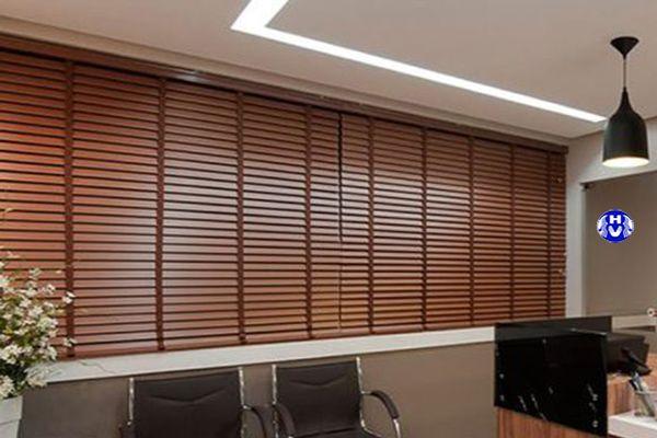 Mẫu rèm sáo gỗ giá rẻ cửa sổ phòng làm việc công ty