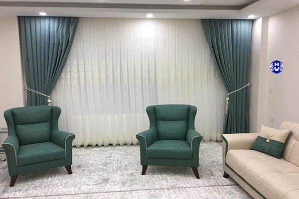 Mẫu rèm vải màu xanh lam cùng màu sofa phòng khách