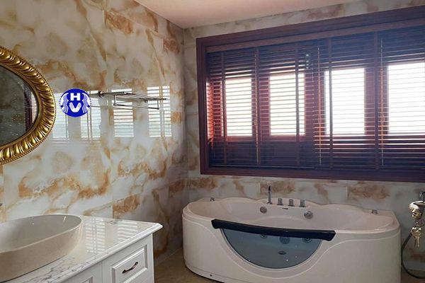 Rèm cửa sổ bằng gỗ che chắn phòng tắm gia đình