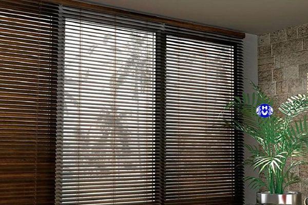 Rèm cửa sổ bằng gỗ che chắn phòng tắm khách sạn