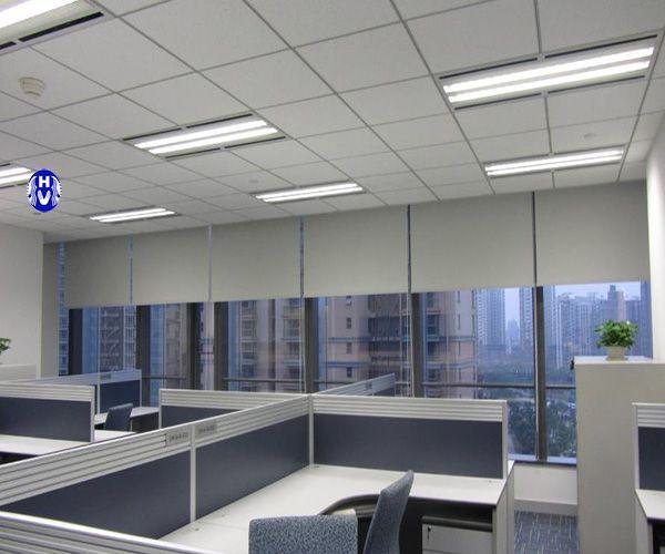 Rèm cuốn cửa sổ văn phòng che nắng điều khiển cực tiện