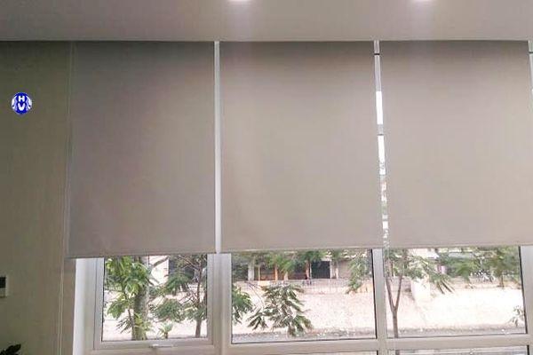 Rèm cuốn nhựa che nắng cửa sổ văn phòng