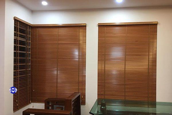 Rèm gỗ thông lắp cửa sổ phòng ngủ chung cư