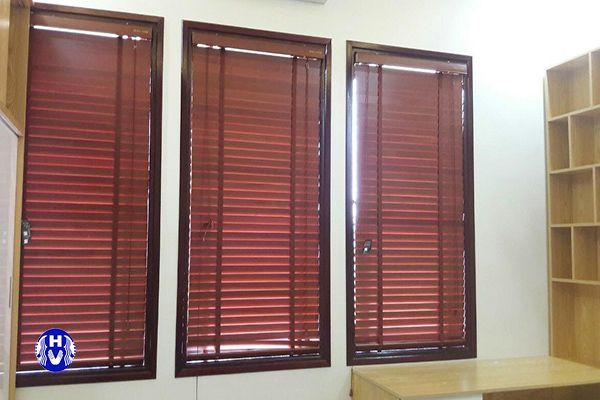 Rèm gỗ tùng tự nhiên lá ngang cửa sổ