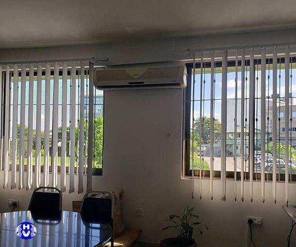 Rèm lá dọc cửa sổ che nắng tại xí nghiệp