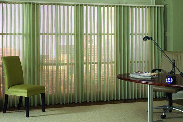 Rèm lá dọc cửa sổ văn phòng sáng màu phòng giám đốc