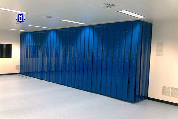 Rèm lá dọc màu xanh ngăn phòng làm việc với bên ngoài