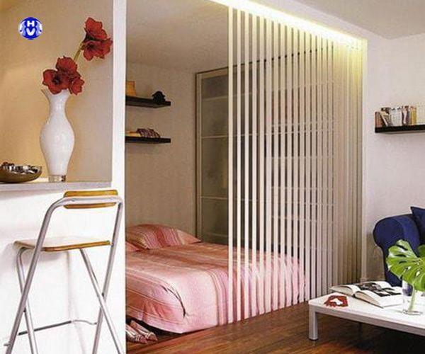 Rèm nhựa lá dọc vách ngăn phòng khách với phòng ngủ