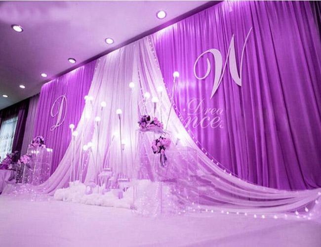 Rèm sân khấu màu trắng tím tăng thêm vẻ đẹp cho buổi lễ