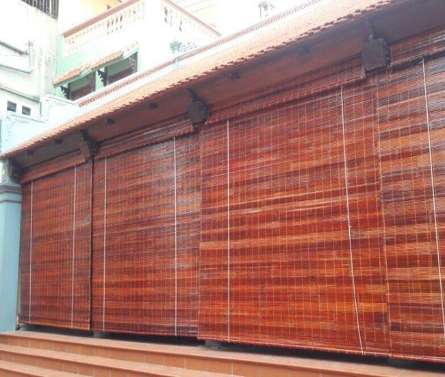 Rèm trúc lắp đặt mái hiên chống nắng