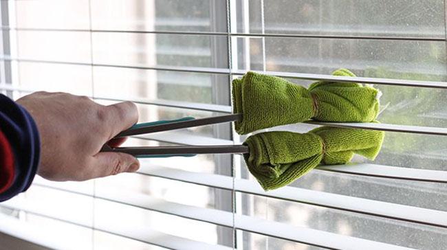 Sử dụng vải mềm để vệ sinh bề mặt mành gỗ
