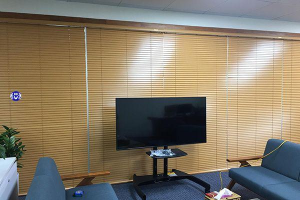 mẫu rèm sáo gỗ lắp phòng tiếp khách cơ quan