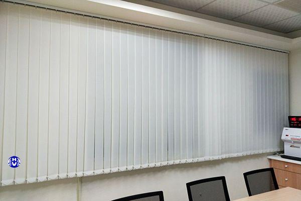 Rèm lá dọc màu trắng dành cho văn phòng