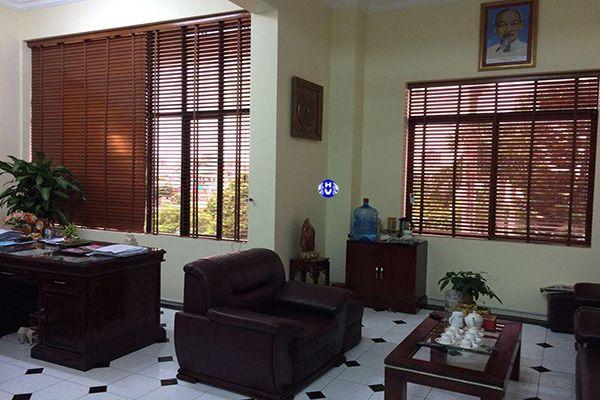 rèm sáo gỗ tự nhiên che nắng cửa sổ phòng giám đốc
