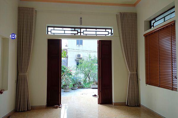 rèm vải kết hợp rèm gỗ che nắng cho căn phòng