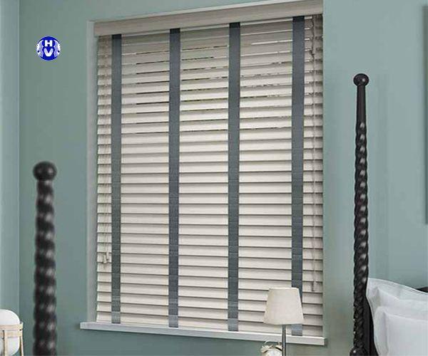 Mẩu rèm gỗ màu trắng chắn sáng tiếng ồn cửa sổ