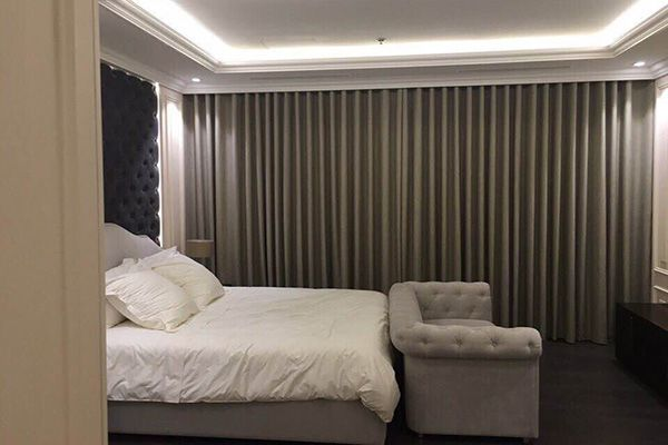 Mẫu rèm vải tự động phòng ngủ có khung cửa lớn
