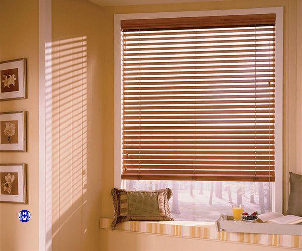 Rèm gỗ màu tự nhiên cho cửa sổ nhỏ phòng ngủ
