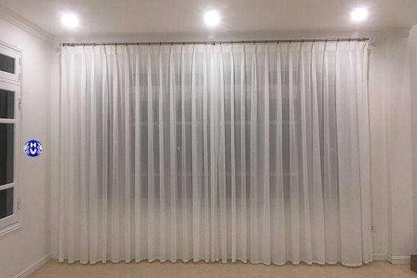 Rèm vải voan màu trắng giúp cửa sổ phòng ngủ thanh thoát hơn