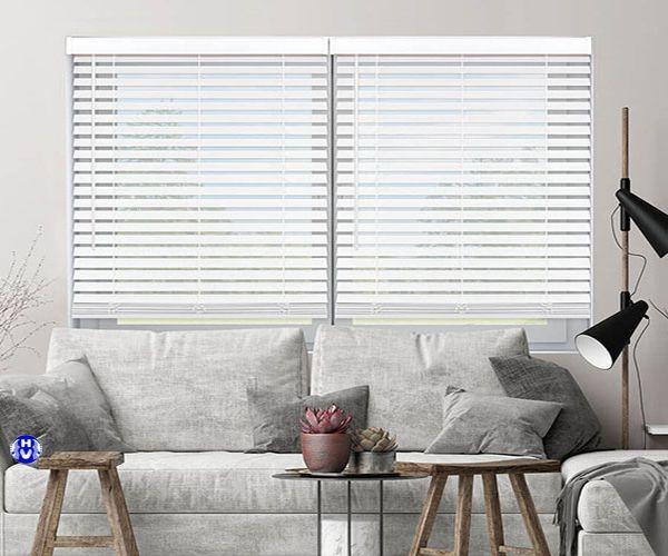 Mẫu rèm gỗ màu trắng trang trí phòng khách