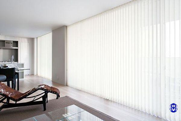 Rèm lá dọc màu trắng khu văn phòng công sở