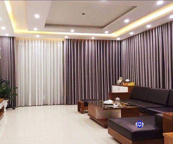 Mẫu rèm vải màu tím nhạt càng tô điểm thêm cho phòng khách