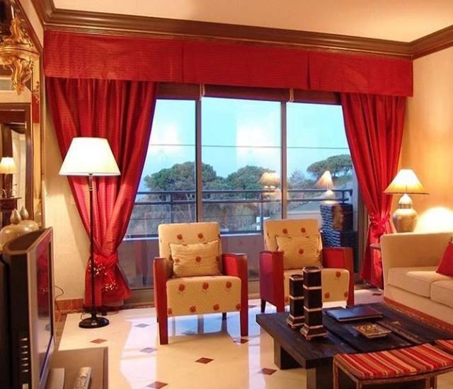 Rèm cửa màu đỏ thể hiện sự sang trọng, nổi bật và tinh tế