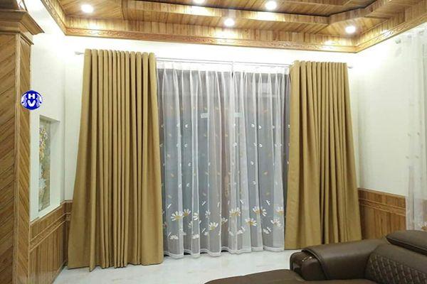 Rèm vải màu vàng kết hợp trần và tường ốp gỗ