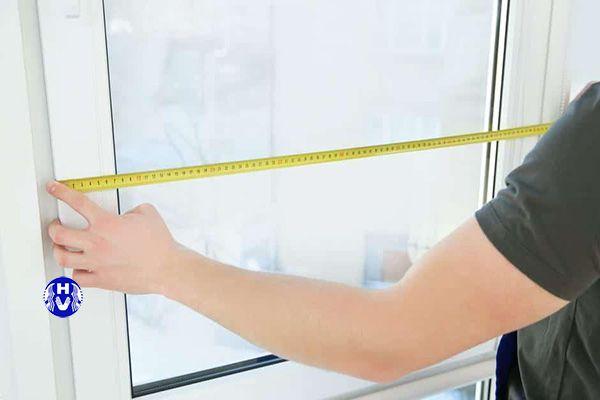 Đo khung cửa bằng thước dây để làm rèm trang trí