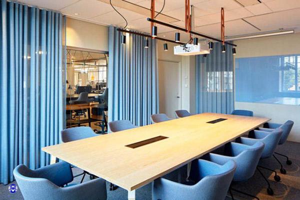mẫu rèm vải xanh nước biển cho văn phòng