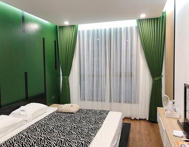 Rèm cửa phòng ngủ cùng tông màu tường là sự lựa chọn an toàn