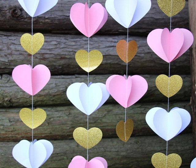 Từng trái tim kết nối bằng sợi chỉ tạo lên rèm cửa sổ bằng giấy đẹp mắt