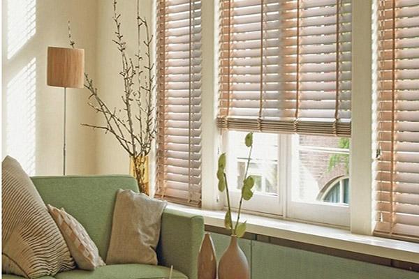 Rèm sáo gỗ lắp đặt cửa sổ phòng khách
