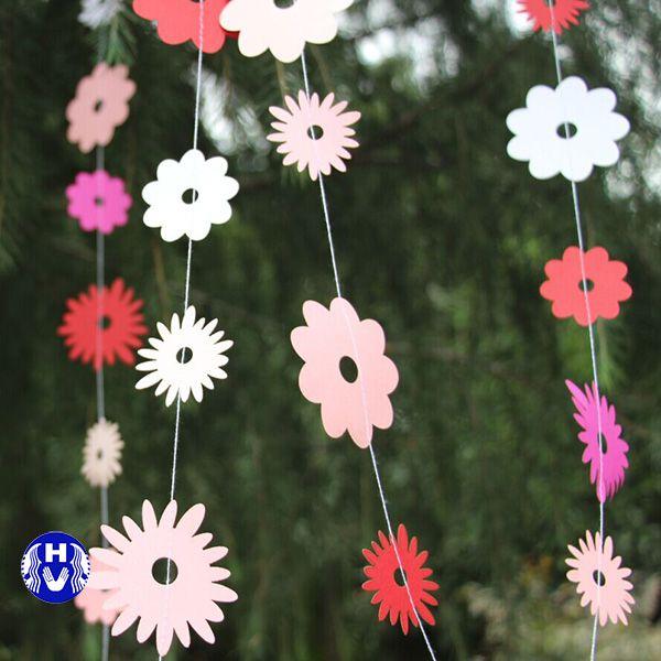 Tạo hình bông hoa trang trí rèm cửa ra vào