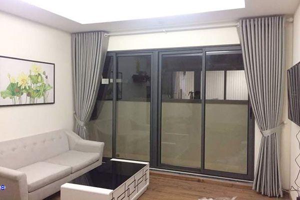 Rèm cửa màu xám trắng phòng khách gia chủ mệnh kim